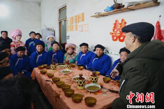饭后男女方双方主事亲友(媒人)商量确定后续结婚相关礼节内容。 吴晓驰 摄
